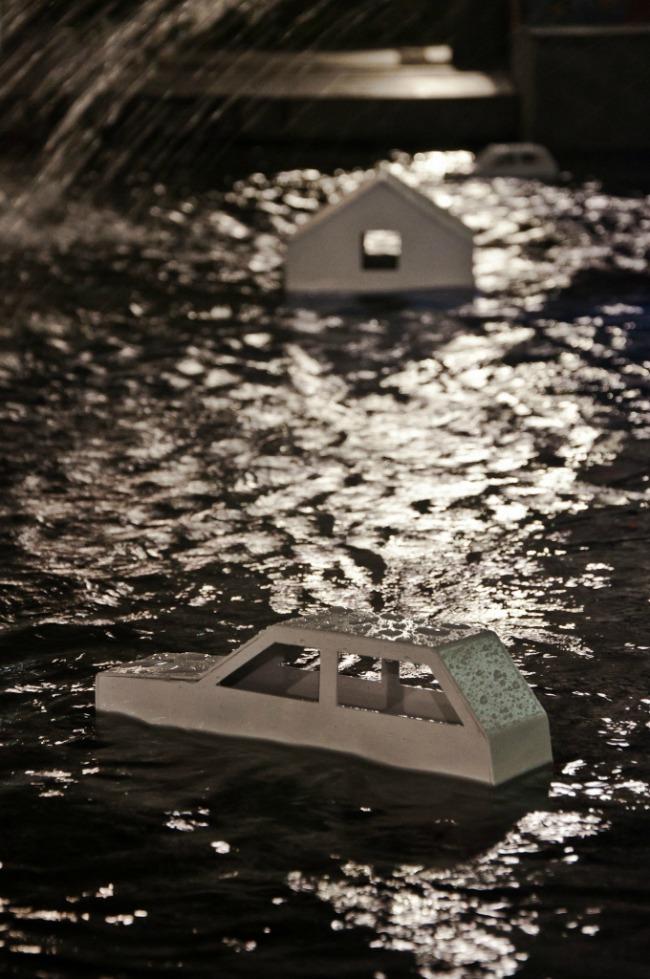"""Kiša još pada Instalacija na Trgu Republike veče Humanitarna izložba Kiša još pada"""" za pomoć ugroženima od poplava"""