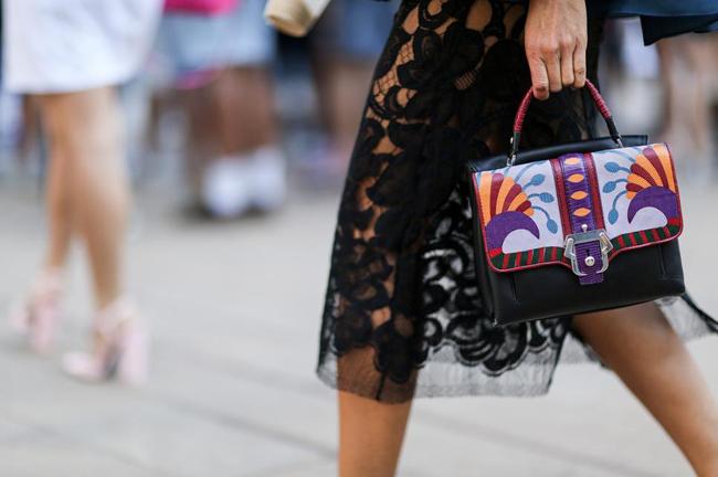 crna suknja i šarena torba Street style na njujorškoj Nedelji mode
