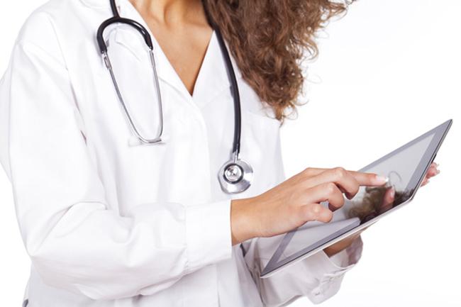 doctor working with a tablet Vaše ruke govore o vašem zdravlju