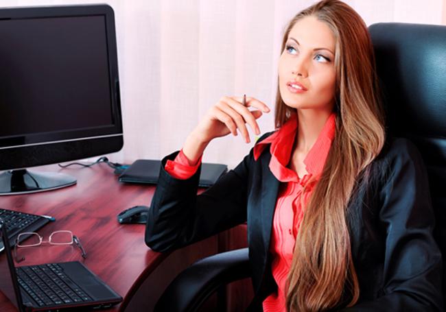 girl in office at desk Profesionalna pravila u pisanju imejlova