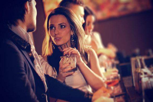 girl meeting a guy in a bar Kako prepoznati ženomrsca
