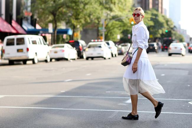 oxford cipele i belo Street style na njujorškoj Nedelji mode