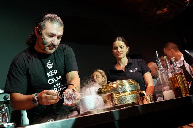Stavros Lamprinidis svetski pobednik u pripremanju tradicionalne kafe u kategoriji IBRIK slika 2 OTVORENA KAFETERIJA CAFÉ DONCAFÉ: Uživanje u autentičnom ambijentu koji dočarava kafu