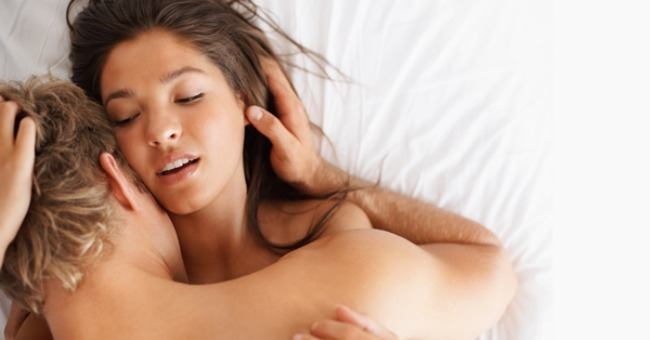 man and woman having sex on bed 1 Što bi neko glumio orgazam?
