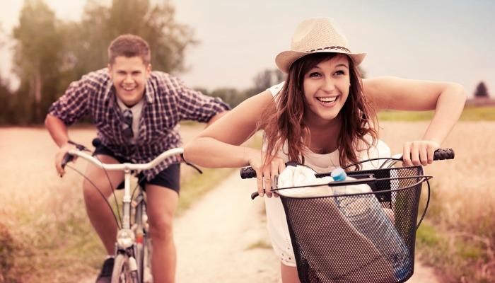mladi zaljubljeni par Mesečni horoskop za jun: Jarac
