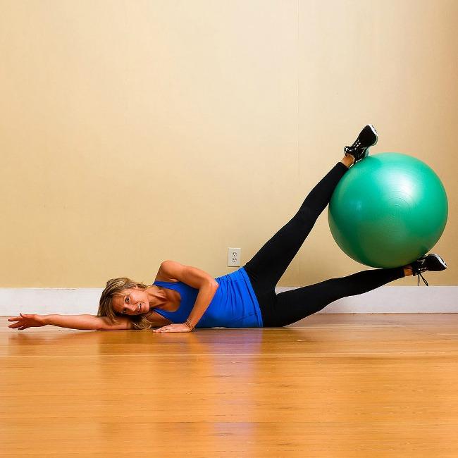 vežbe za noge1 Jednostavne vežbe sa loptom za pilates