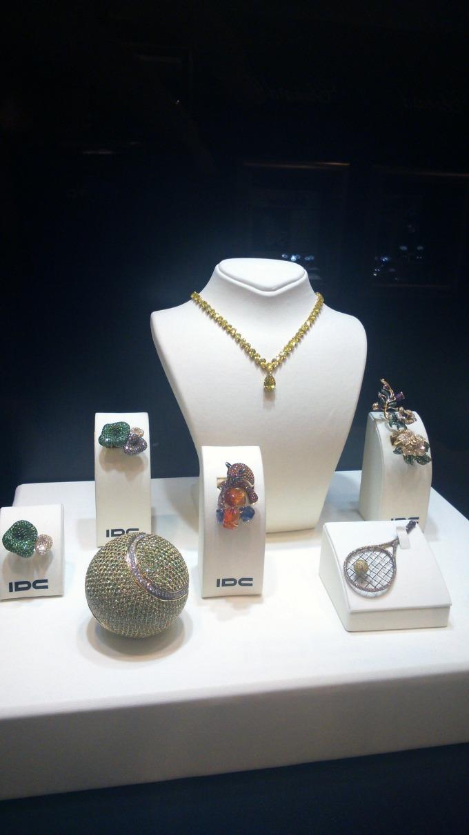 IDC nakit sa dijamantima 02 Otvorena prva izložba dijamanata u Srbiji