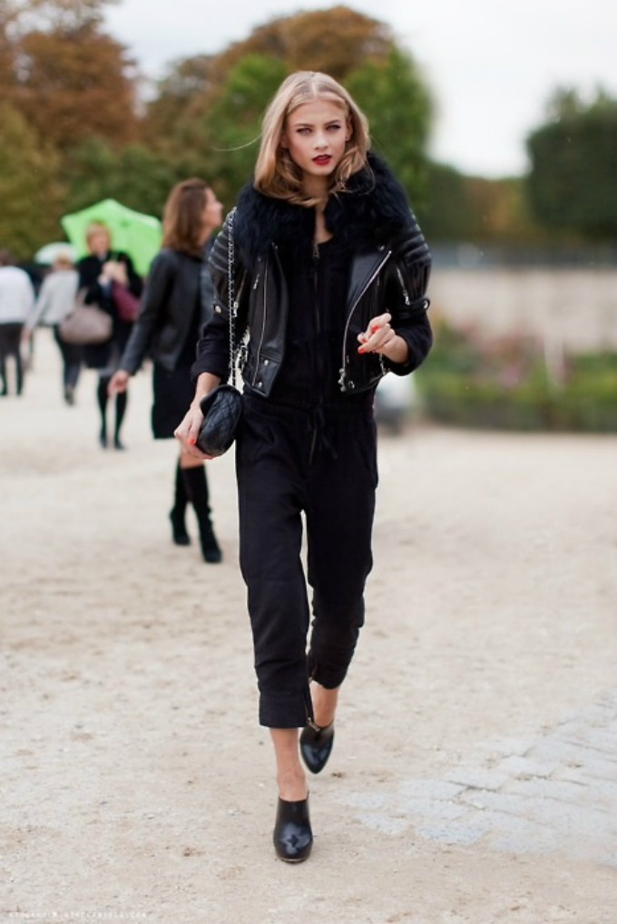all black model street style Crno od glave do pete
