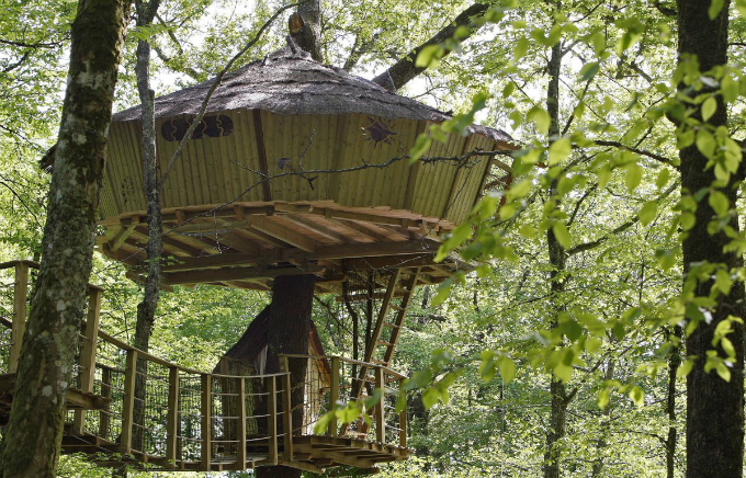 along with various other cabins perched in the trees this round treehouse in le pian medoc in southwestern france is rented by frances natura cabana company for ecological holidays Zanimljivi prizori: Kuće kakve niste viđali do sada