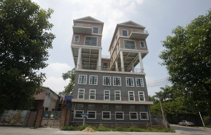 not to be outdone by the previous chinese sky high dwellings these precarious looking houses were built on the rooftop of a factory building in in dongguan china the houses were completed two years ago according t Zanimljivi prizori: Kuće kakve niste viđali do sada