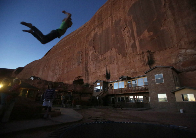 the rock as it is referred to by the 15 fundamentalist mormon families living there was founded about 35 years ago on a sandstone formation near canyonlands national park which blasted to build rooms and storage s Zanimljivi prizori: Kuće kakve niste viđali do sada