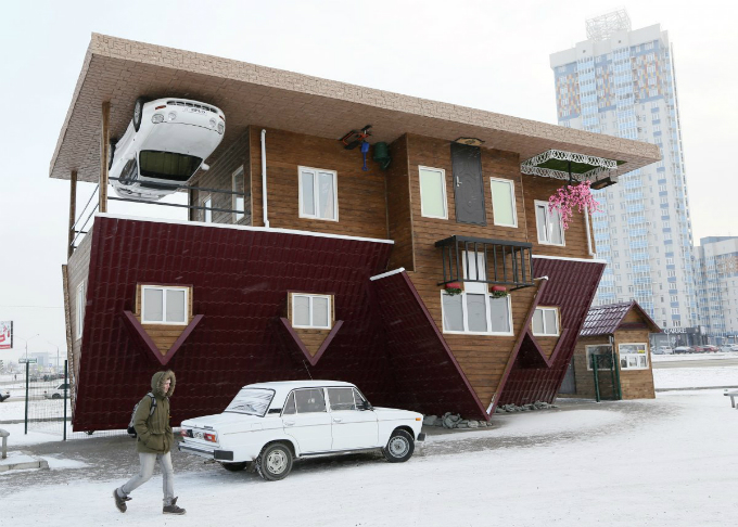 this house built upside down in russias siberian city of krasnoyarsk was constructed as an attraction for local residents and tourists the rooms inside are all upside down as well Zanimljivi prizori: Kuće kakve niste viđali do sada