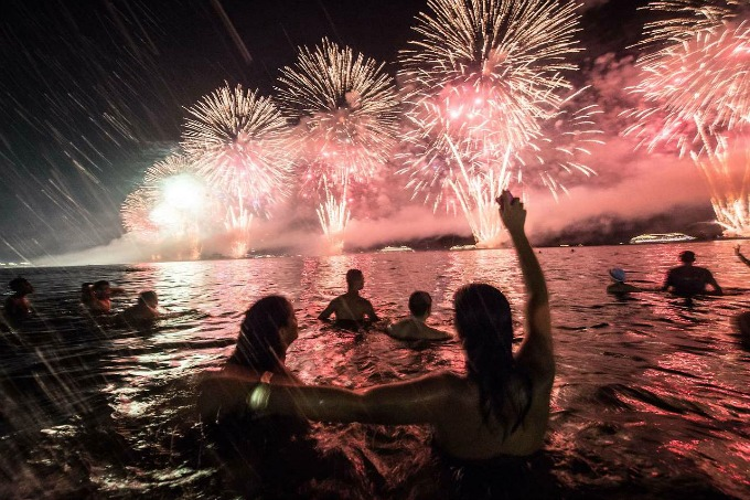 vatromet na plazi Rio de Žaneiro obeležava godišnjicu novogodišnjim vatrometom
