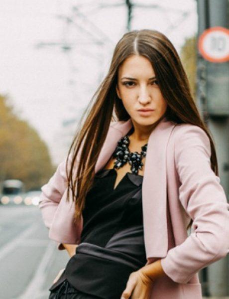 Modni predlog za izlazak: Roze sako i kožne pantalone
