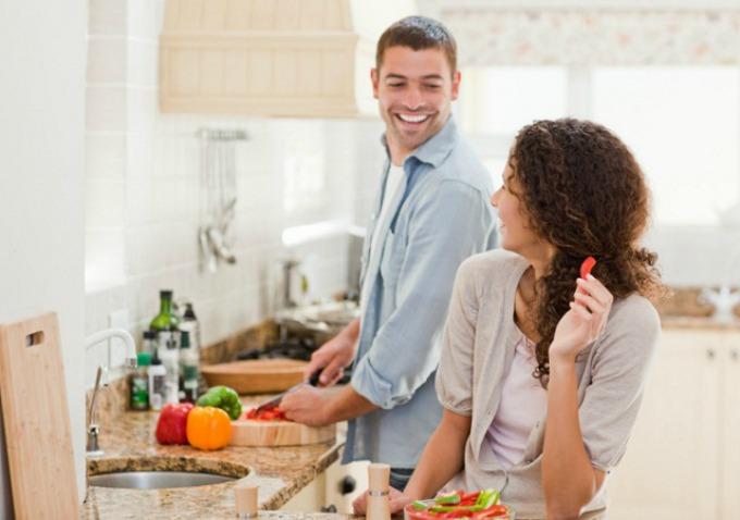 muskarac u kuhinji Najbolji muževi žive u Sloveniji