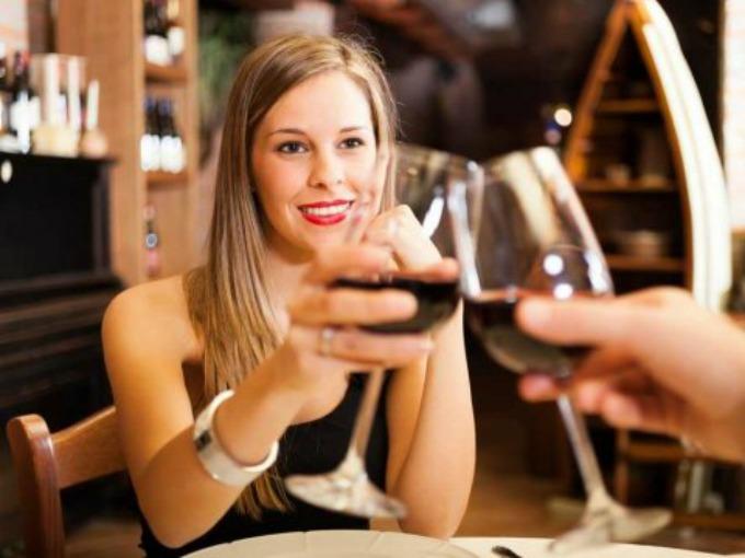 Razlika između žene koja pije crveno i žene koja pije belo vino 8 Razlika između žene koja pije crveno i žene koja pije belo vino