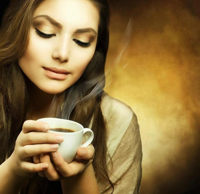 devojka pije kafu Kofein ubrzava rast kose