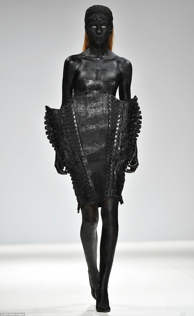 neobicna revija marka mitanovskog na nedelji mode u londonu 1 Neobična revija Marka Mitanovskog na Nedelji mode u Londonu