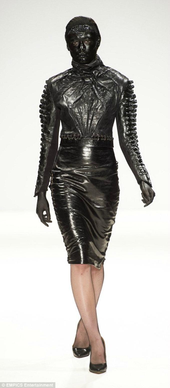 neobicna revija marka mitanovskog na nedelji mode u londonu 4 Neobična revija Marka Mitanovskog na Nedelji mode u Londonu