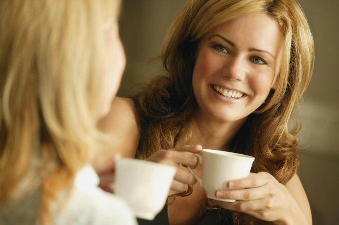 prijateljice piju kafu Cigla u glavi: Orah uzvraća stvarnost