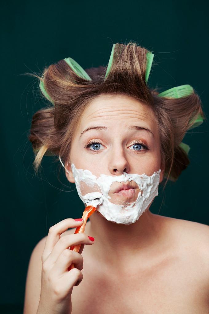 zena brija lice Žene podmlađuje brijanje lica?