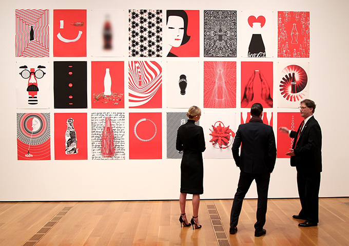 Kate Bosworth Michael Polish and Director Heritage Communications at The Coca Cola Company Ted Ryan attend The Coca Cola Bottle An American Icon at 100 exhibition. Photo by Ben Rose Getty Image Proslava stogodišnjice ikone pop kulture