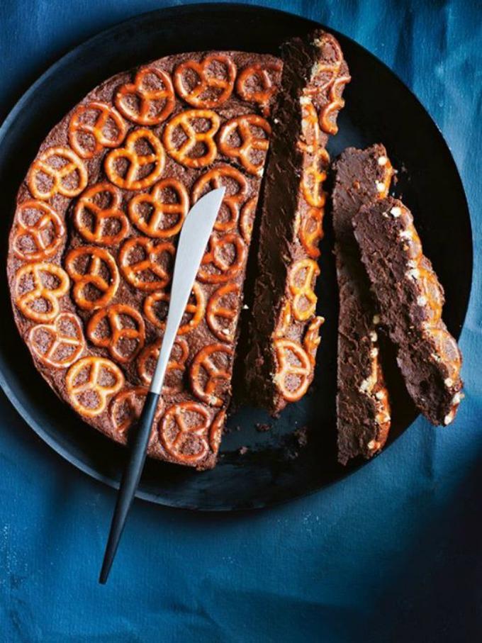 torta sa crnom cokoladom i perecama 1 Ukusna i zabavna poslastica: Torta sa crnom čokoladom i perecama