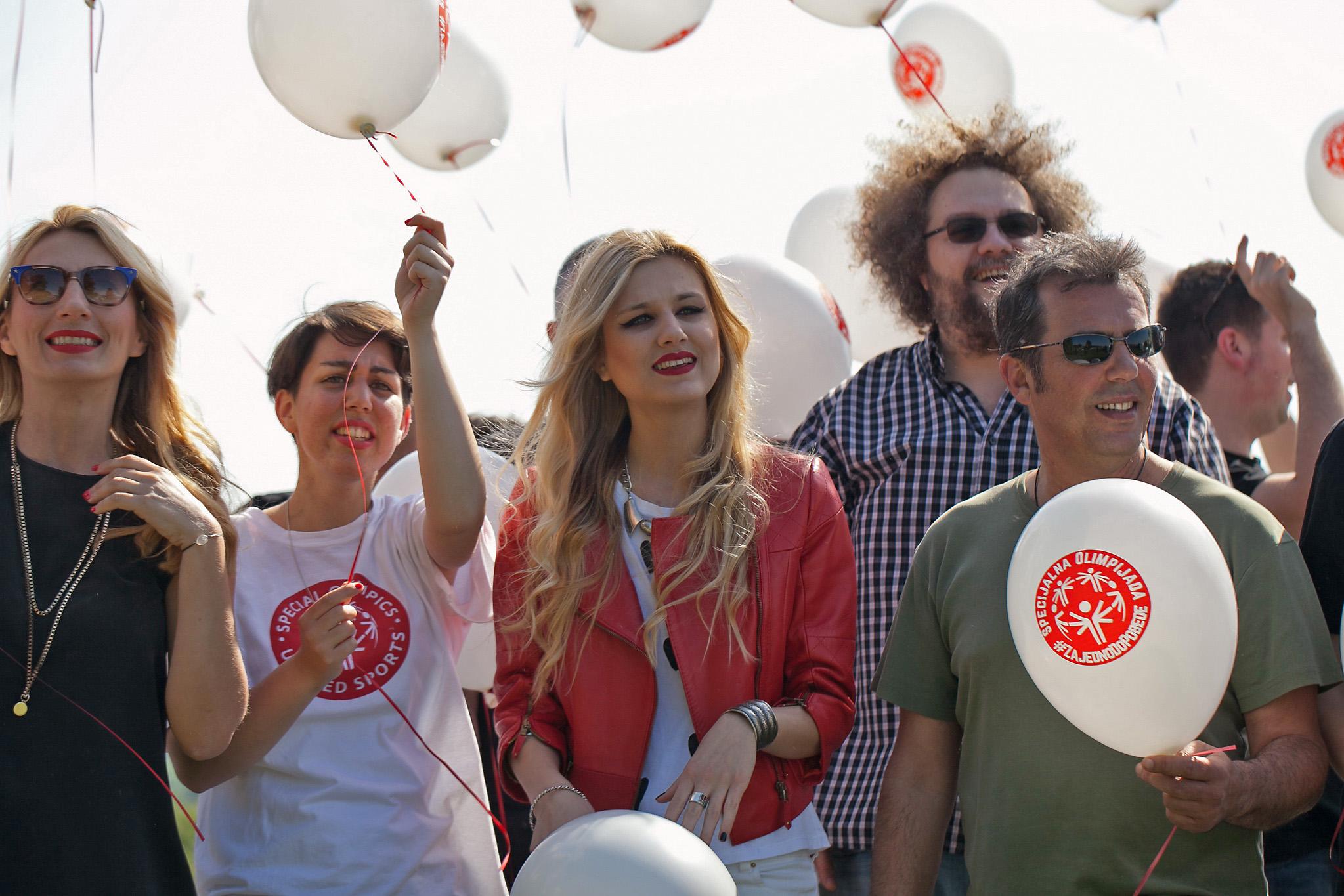 Ana Stanić Nevena Božović Marko Kon i Kiki Lesandrić sa sportistima Specijalne Olimpijade Srbije na snimanju spota za pesmu Mi smo pobedili u okviru kampanje Zajedno do pobede Pokrenuta kampanja Zajedno do pobede sa timom Specijalne Olimpijade Srbije!
