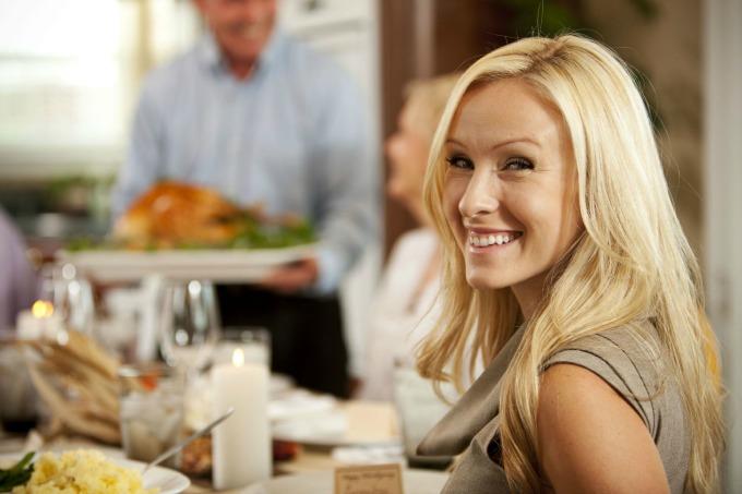 dama u restoranu Kako da budeš ženstvena?