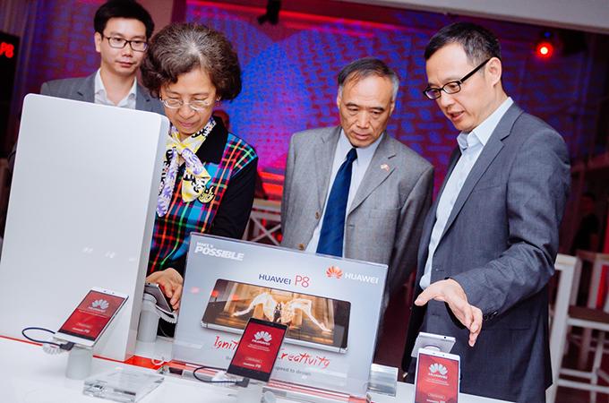 Kineski ambasador sa suprugom i predstavnicima kompanije Huawei Huawei u Beogradu premijerno predstavio 4G LTE pametni telefon