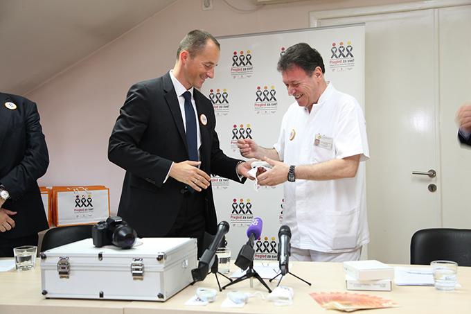 Peter Koyš i prim. dr Aleksandar Adamovic Dermoskopi stigli i u najposećeniju ustanovu za kožne bolesti