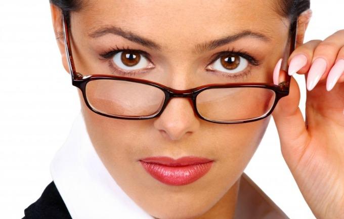 nasminkana poslovna zena Vodič kroz poslovni stil: Kako da se našminkate za posao