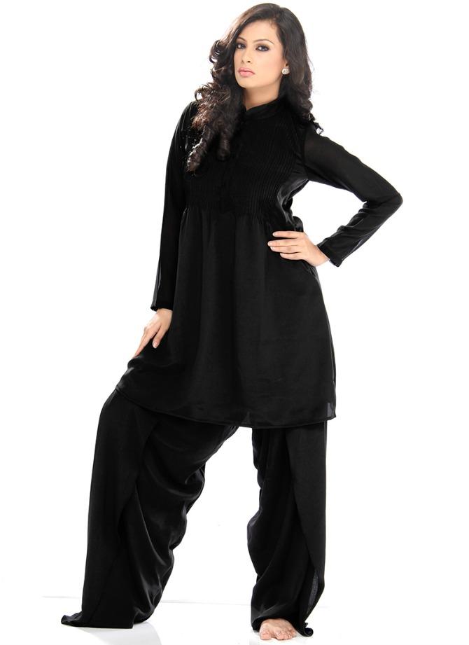 zena obucena u crno Ovakvo oblačenje te čini starijom