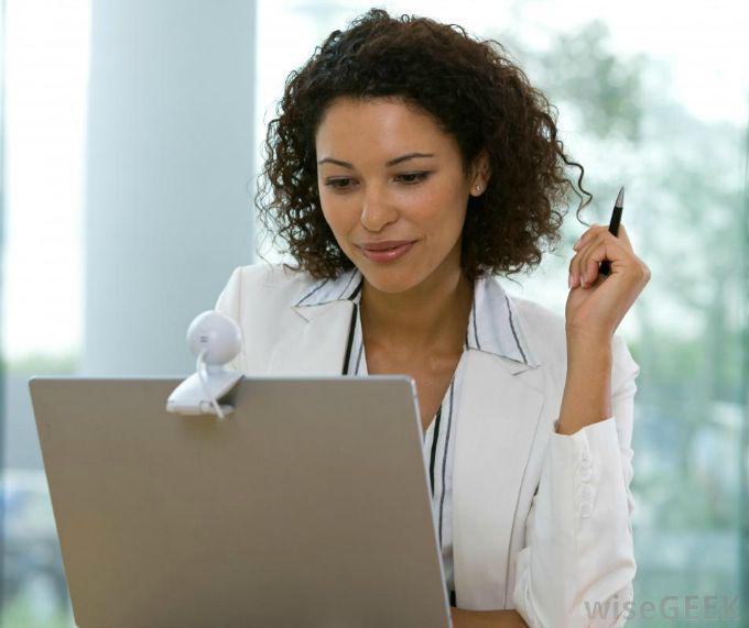 devojka ispred laptopa Ne stavljaj istu profilnu fotografiju na sve društvene mreže