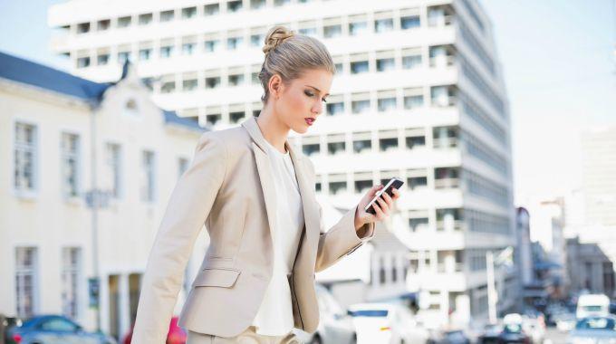 devojka sa telefonom na ulici Ne stavljaj istu profilnu fotografiju na sve društvene mreže