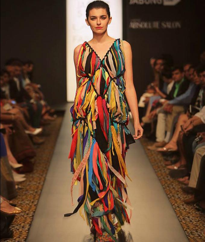 neobicna haljina sa trakama Haljina koja je napravljena bez igle i konca