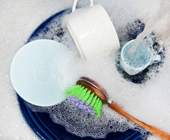pranje sudova Šta možeš da uradiš sa šamponom osim pranja kose