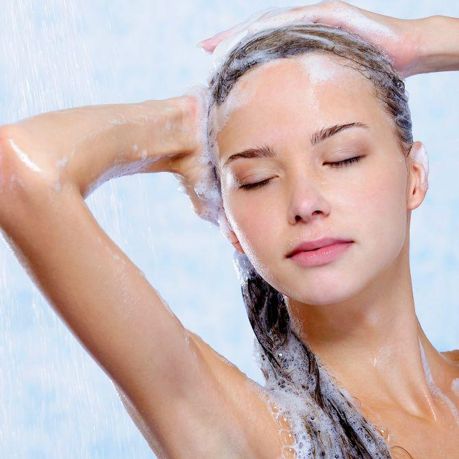 zena pere kosu Sami napravite šampon za brži rast kose