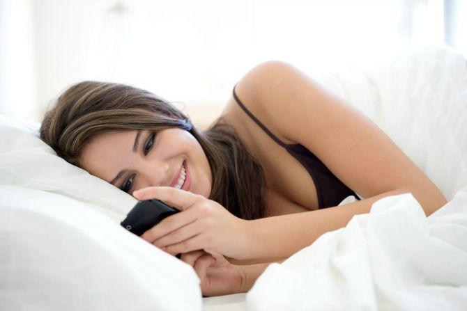 devojka salje poruku Zbog ovih navika loše spavaš