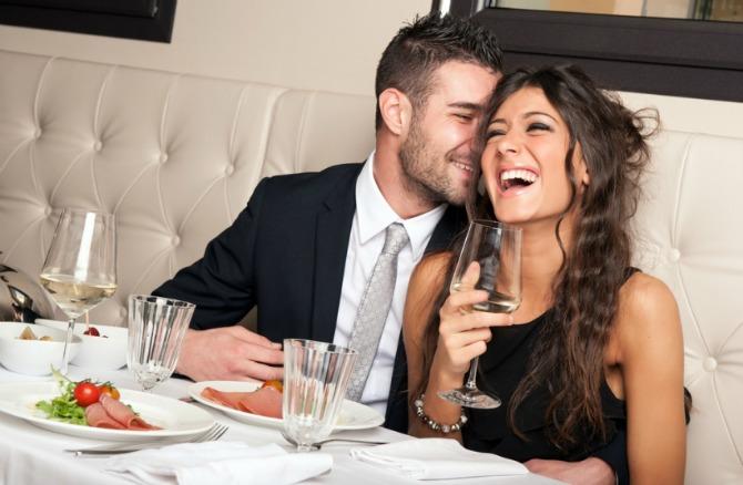 par se smeje u restoranu Zašto je ženska duhovitost nepoželjna na dejtu