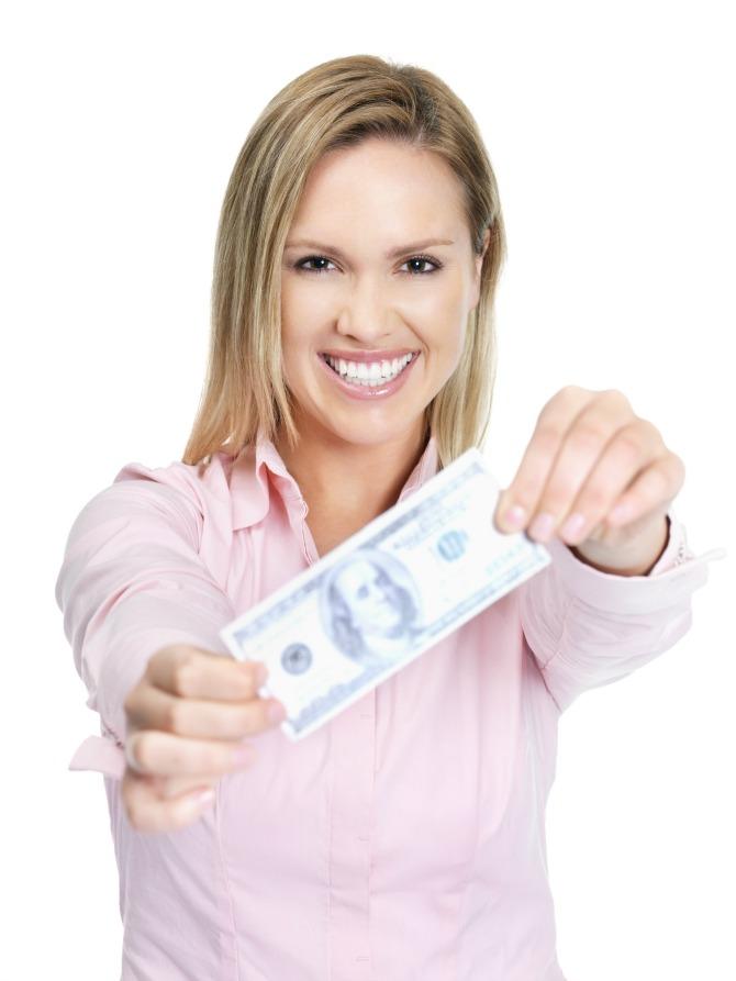 zena drzi novac Mesečni horoskop za novembar: Lav