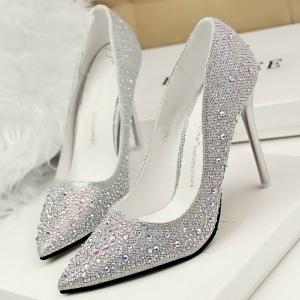 300 srebrne cipele Kviz: Tvoj idealan outfit za novogodišnju noć