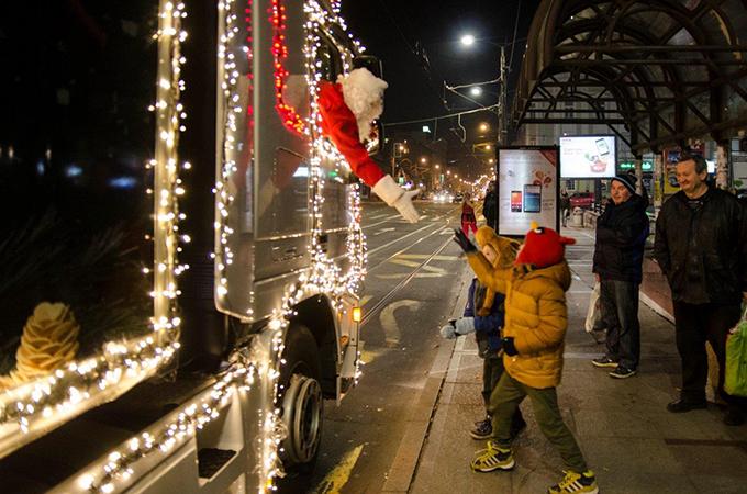 Deda Mraz iz kamiona Magija se širi Srbijom sa Idea karavanom