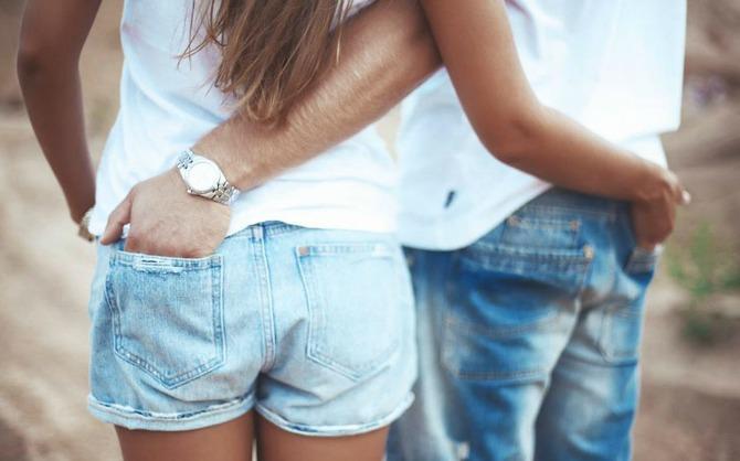 Zagrljaj sa rukom u partnerovom džepu Šta način na koji se grlite govori o vašoj vezi
