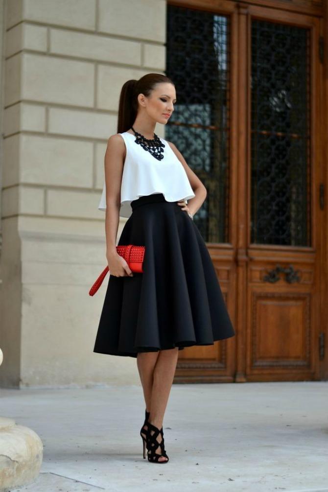 red clutch black and white outfit 5 razloga zbog kojih bi velike torbe trebalo da ZAMENITE malim