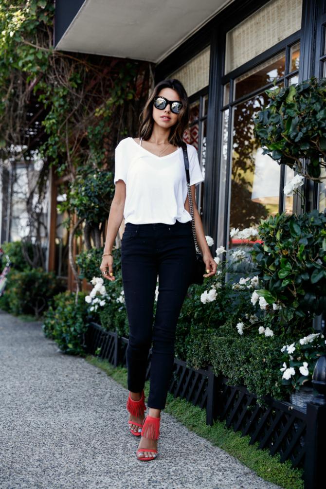 Crvene sandale Komad za sva vremena: Bela majica