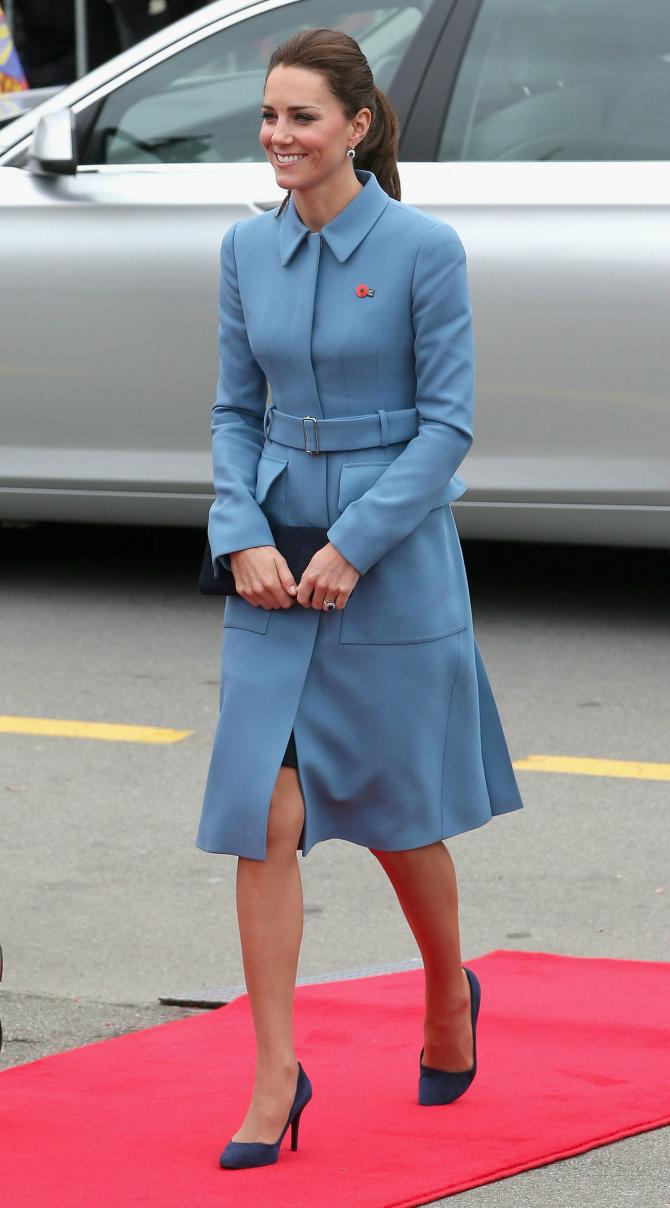 Plavo Najlepše kombinacije Alexander McQueen koje je nosila Kejt Midlton