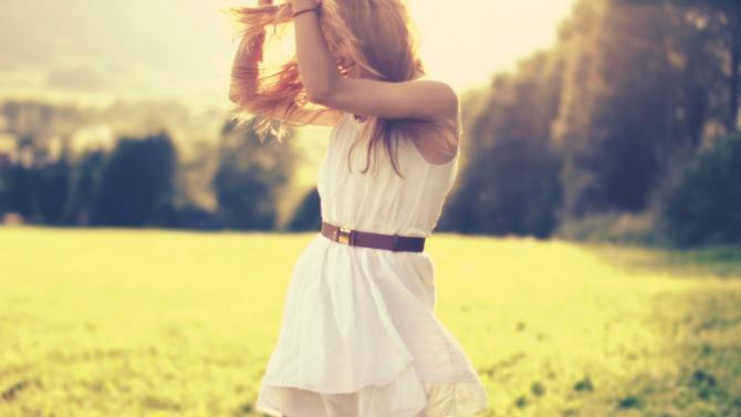 happy girl in nature Koliko nam OČEKIVANJA uslovljavaju sreću?