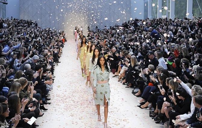 moda nedelje min Burberry potpuno MENJA koncept modnih revija