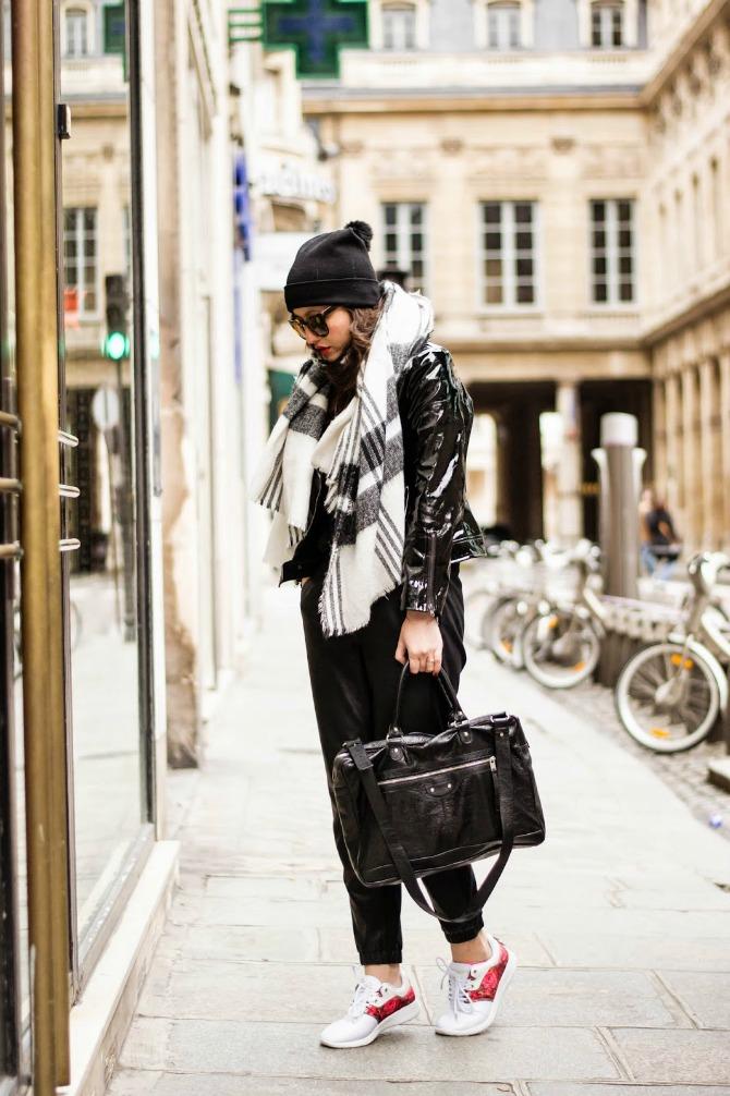 1. printed scarf with edgy chic outfit and colored sneakers Izgledajte ŠIK kao dame sa ulica Pariza